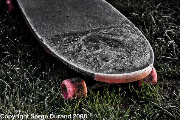 photo d'un skate board en hiver